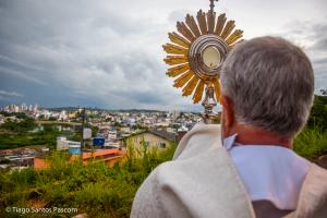 Paróquias realizam caminhada com Santíssimo Sacramento pelos bairros