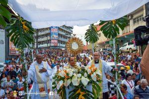 Povo católico aclama Jesus Cristo pelas ruas de Itabuna na festa de Corpus Christi