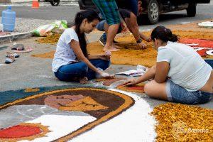 Jovens e adultos confeccionam tapete de Corpus Christi em Itabuna